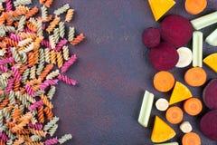 Fundo da massa seca colorida brilhante feita dos vegetais e de suas tinturas vegetais naturais aipo, beterraba, cenoura, abóbora, Fotos de Stock
