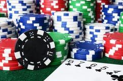 Fundo da microplaqueta de pôquer e dos cartões de jogo Fotografia de Stock