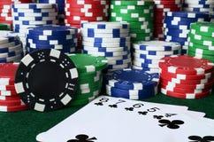 Fundo da microplaqueta de pôquer e dos cartões de jogo Foto de Stock