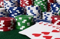 Fundo da microplaqueta de pôquer e dos cartões de jogo Imagem de Stock Royalty Free