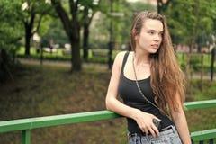 Fundo da natureza do verde do parque da caminhada da menina Parada da mulher para apreciar o ambiente calmo da natureza durante a foto de stock