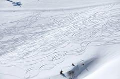 Fundo da neve com as trilhas do esqui e do snowboard Imagem de Stock
