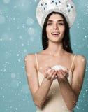 Fundo da neve do inverno, mãos das crianças que guardam o ornamento do Natal foto de stock