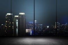 Fundo da noite da cidade dentro do prédio de escritórios Imagens de Stock Royalty Free