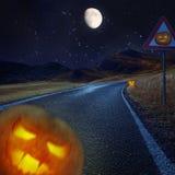 Fundo da noite de Dia das Bruxas na estrada Fotografia de Stock Royalty Free