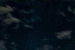 Fundo da noite estrelado com algumas nuvens fotografia de stock royalty free