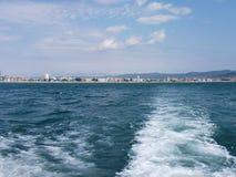 Fundo da onda do verão da superfície do Mar Negro Vista do iate Seascape exótico com nuvens e cidade no horizonte Tranquilidade d Imagens de Stock
