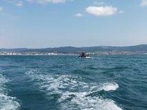 Fundo da onda do verão da superfície do Mar Negro Vista do iate Seascape exótico com nuvens e cidade no horizonte Tranquilidade d Fotos de Stock Royalty Free