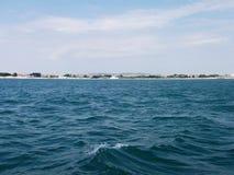 Fundo da onda do verão da superfície do Mar Negro Vista do iate Seascape exótico com nuvens e cidade no horizonte Tranquilidade d Imagem de Stock
