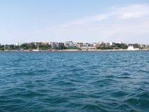 Fundo da onda do verão da superfície do Mar Negro Vista do iate Seascape exótico com nuvens e cidade no horizonte Tranquilidade d Fotos de Stock