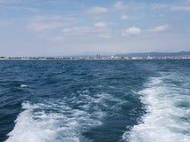 Fundo da onda do verão da superfície do Mar Negro Vista do iate Seascape exótico com nuvens e cidade no horizonte Tranquilidade d Foto de Stock