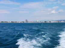 Fundo da onda do verão da superfície do Mar Negro Vista do iate Seascape exótico com nuvens e cidade no horizonte Tranquilidade d Imagens de Stock Royalty Free