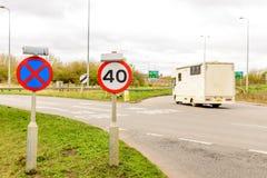 Fundo da opinião do dia do limite de velocidade BRITÂNICO da estrada 40 da estrada Imagens de Stock Royalty Free