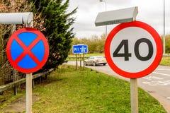 Fundo da opinião do dia do limite de velocidade BRITÂNICO da estrada 40 da estrada Fotos de Stock Royalty Free
