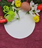 Fundo da Páscoa com as flores dos ovos da páscoa e do Snowdrop Fotos de Stock Royalty Free