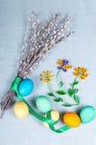 Fundo da Páscoa com o flo clolrful dos ovos, do bichano-salgueiro e do papel Fotografia de Stock Royalty Free
