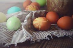 Fundo da Páscoa com os ovos coloridos tradicionais em uma tabela rural Fundo do estilo do moderno para ortodoxo e católico imagens de stock