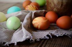 Fundo da Páscoa com os ovos coloridos tradicionais em uma tabela rural Fundo do estilo do moderno para ortodoxo e católico fotografia de stock