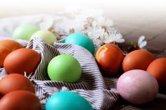 Fundo da Páscoa com os ovos coloridos tradicionais em uma tabela rural Fundo do estilo do moderno para ortodoxo e católico imagens de stock royalty free