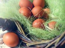 Fundo da Páscoa com os ovos coloridos tradicionais em uma tabela rural Fundo do estilo do moderno para ortodoxo e católico imagem de stock royalty free