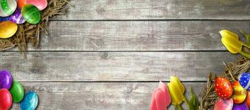 Fundo da Páscoa com os ovos da páscoa na placa de madeira Fotos de Stock