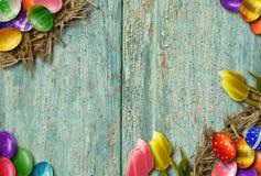 Fundo da Páscoa com os ovos da páscoa na placa de madeira Fotografia de Stock Royalty Free