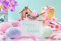 Fundo da Páscoa com ovos pasteis e cartão branco com greetin Fotos de Stock Royalty Free