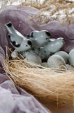 Fundo da Páscoa com pássaros e os ovos decorativos no ninho Imagens de Stock Royalty Free