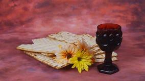 Fundo da páscoa judaica pão judaico do feriado do vinho e do matzoh sobre a placa de madeira video estoque
