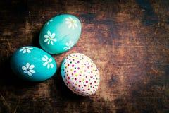 Fundo da Páscoa - ovos da páscoa coloridos com espaço da cópia Fotografia de Stock
