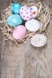 Fundo da Páscoa - ovos da páscoa coloridos com espaço da cópia Fotos de Stock Royalty Free