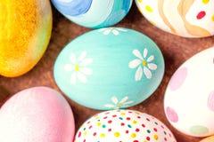 Fundo da Páscoa - ovos da páscoa coloridos com espaço da cópia Foto de Stock