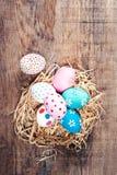 Fundo da Páscoa - ovos da páscoa coloridos com espaço da cópia feliz Fotografia de Stock Royalty Free