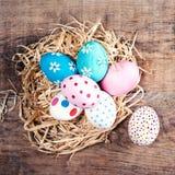 Fundo da Páscoa - ovos da páscoa coloridos com espaço da cópia Fotografia de Stock Royalty Free