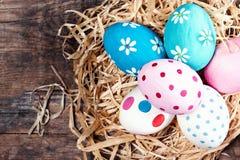 Fundo da Páscoa - ovos da páscoa coloridos com espaço da cópia Imagens de Stock Royalty Free