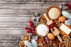 Fundo da padaria com os ingredientes para cozinhar o cozimento do Natal decorados com árvore de abeto Farinha, açúcar mascavado,  imagens de stock royalty free