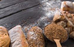 Fundo da padaria do pão Brown e composição branca dos nacos da grão do trigo Fotografia de Stock
