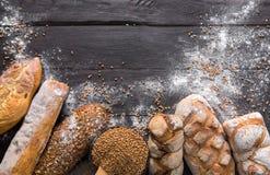 Fundo da padaria do pão Brown e composição branca dos nacos da grão do trigo Foto de Stock