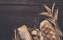 Fundo da padaria do pão Brown e composição branca dos nacos da grão do trigo Foto de Stock Royalty Free