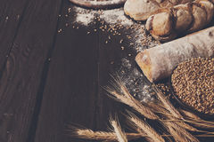 Fundo da padaria do pão Brown e composição branca dos nacos da grão do trigo Fotos de Stock
