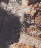 Fundo da padaria do pão Brown e composição branca dos nacos da grão do trigo Imagens de Stock
