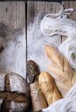 Fundo da padaria, ingredientes de cozimento sobre o counte rústico da cozinha fotografia de stock royalty free