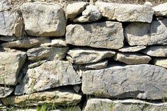 Fundo da parede de pedra empilhada e uncemented Fotos de Stock