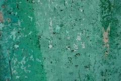 Fundo da parede gasto textured verde com manchas da pintura e dos furos na luz do dia Close-up Copie o espa?o fotos de stock