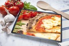 Fundo da pizza da tabuleta foto de stock
