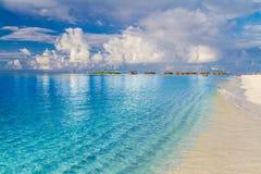Fundo da praia da ilha de Maldivas As férias e o feriado com palmeiras e a ilha tropical encalham Fotografia de Stock