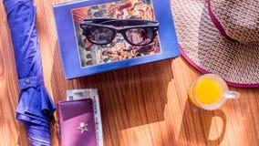 Fundo da praia da vista superior de mulheres do verão para viajar acessórios Óculos de sol, bolsa do dinheiro, livros, guarda-chu foto de stock royalty free