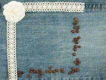 Fundo da sarja de Nimes do Valentim, cartão com os feijões de café, iluminados Imagem de Stock Royalty Free