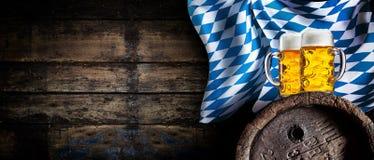 Fundo da taberna de Oktoberfest com bandeira da cerveja foto de stock royalty free