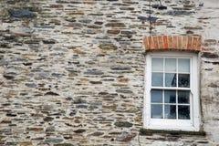 Fundo da textura da parede de pedra com janela de faixa Foto de Stock